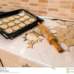 Kitchen Prep Table Countertops Cost Per Square Foot 滚针用在厨房用桌上的面团准备面团圆的t 库存图片 图片包括有剪切 自创