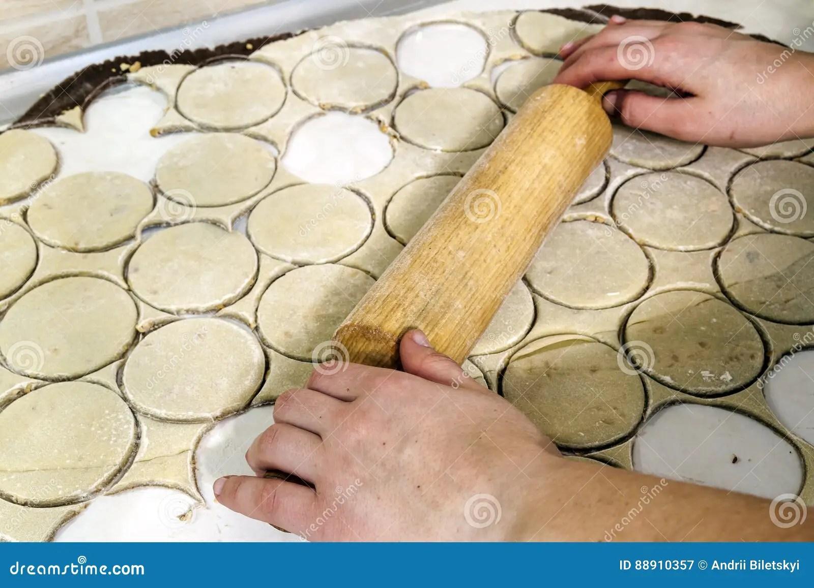 kitchen prep table valance curtains for 滚针用在厨房用桌上的面团准备面团圆的t 库存图片 图片包括有烘烤 厨师