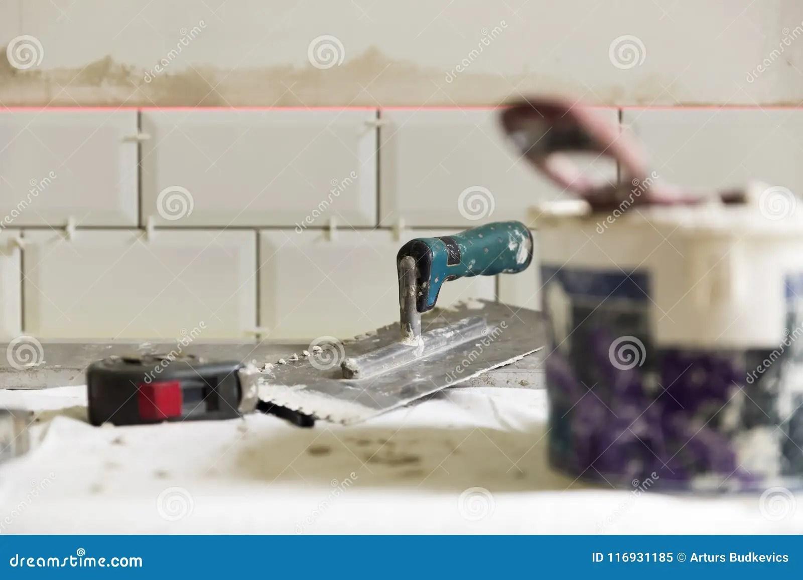 cement tile kitchen booster seat 铺磁砖瓦片的过程在有必要的盖瓦的厨房里库存图片 图片包括有水泥 泥工 铺磁砖瓦片的过程在有必要的盖瓦工具的厨房里住所改善 整修概念