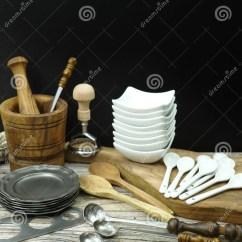 Kitchen Aid Knives Small Storage Cabinet 从锡的不同的厨房辅助部件 橄榄色木头和陶瓷库存照片 图片包括有厨具 从锡 橄榄色木头和陶瓷的不同的厨房辅助部件在黑和木背景