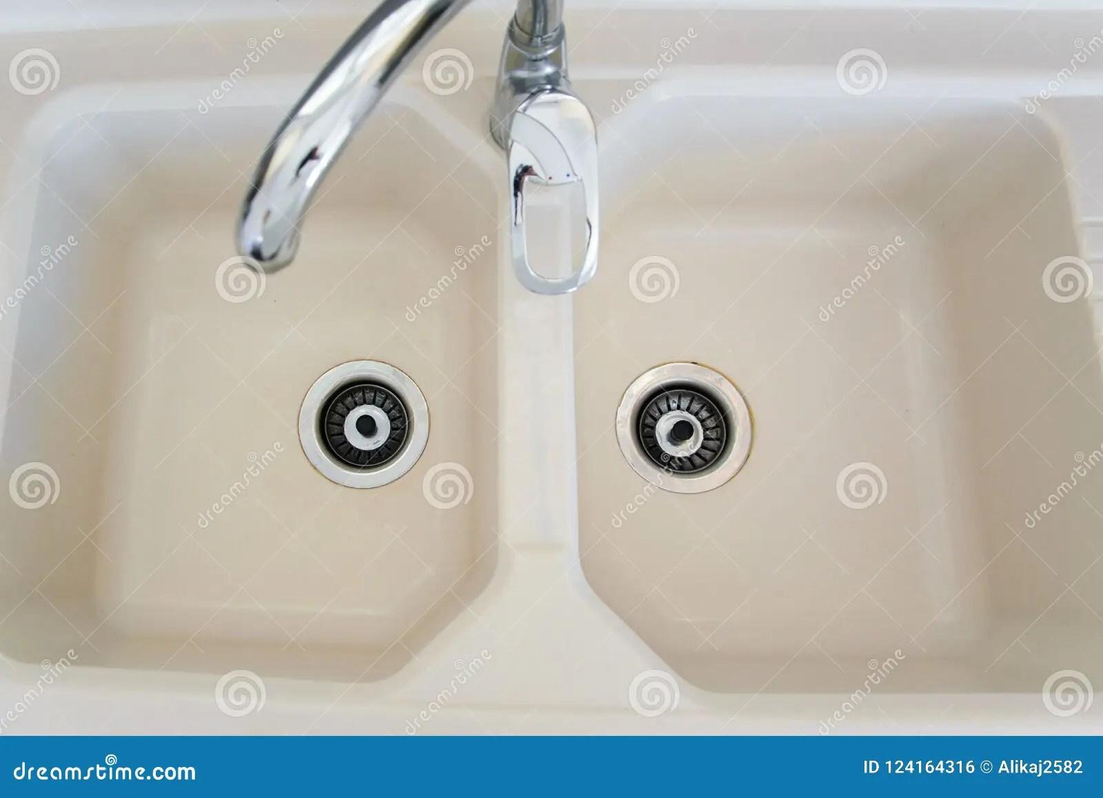 ceramic kitchen sink tile floor 陶瓷厨房水槽顶视图库存照片 图片包括有背包 bastien 镀铬物 设备 陶瓷厨房水槽顶视图