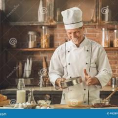 Kitchen Experts Aid Grills 面包店厨师烹调在厨房专家烘烤库存照片 图片包括有解决的 白种人 主厨 面包店厨师烹调在厨房专家烘烤