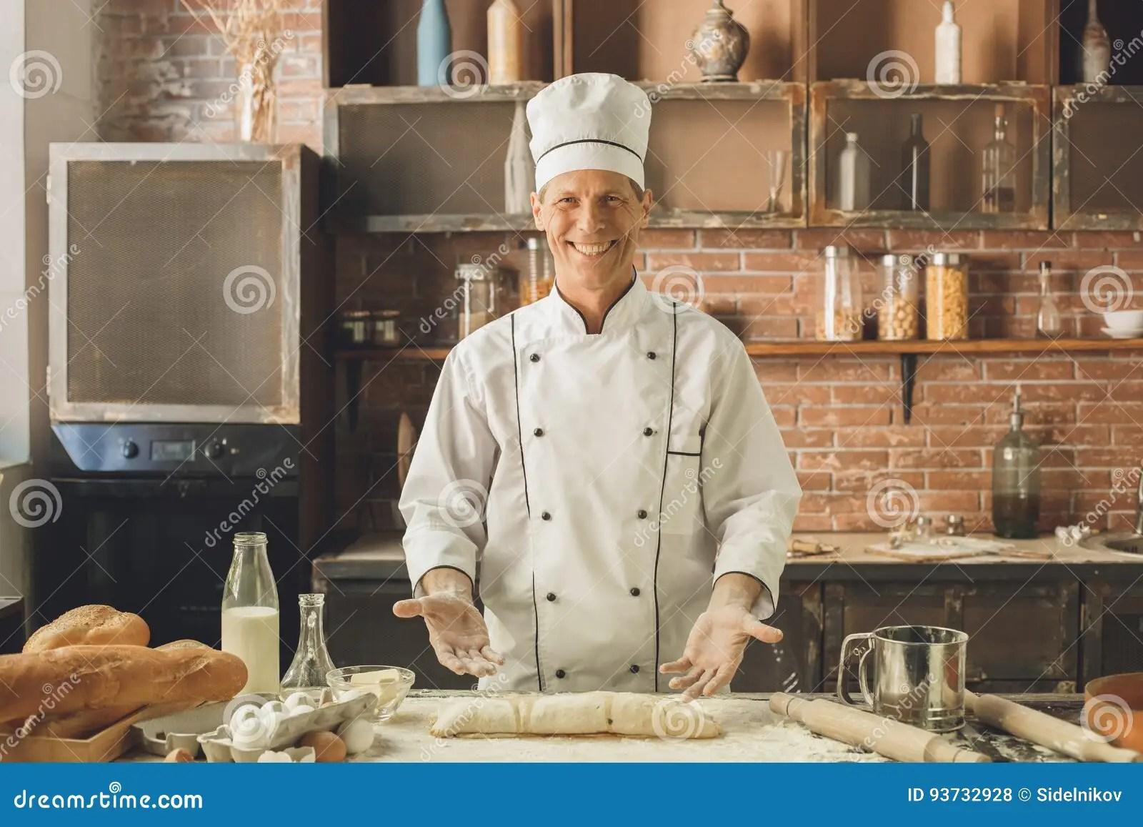 kitchen experts small floor tile ideas 面包店厨师烹调在厨房专家烘烤库存照片 图片包括有食物 专业人员 成人 面包店厨师烹调在厨房专业制造的卷烘烤