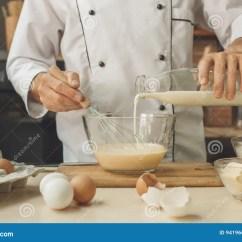 Kitchen Experts Contemporary Tables 面包店厨师烹调在厨房专家烘烤库存照片 图片包括有烘烤 成熟 酥皮点心 面包店厨师烹调在厨房专家烘烤
