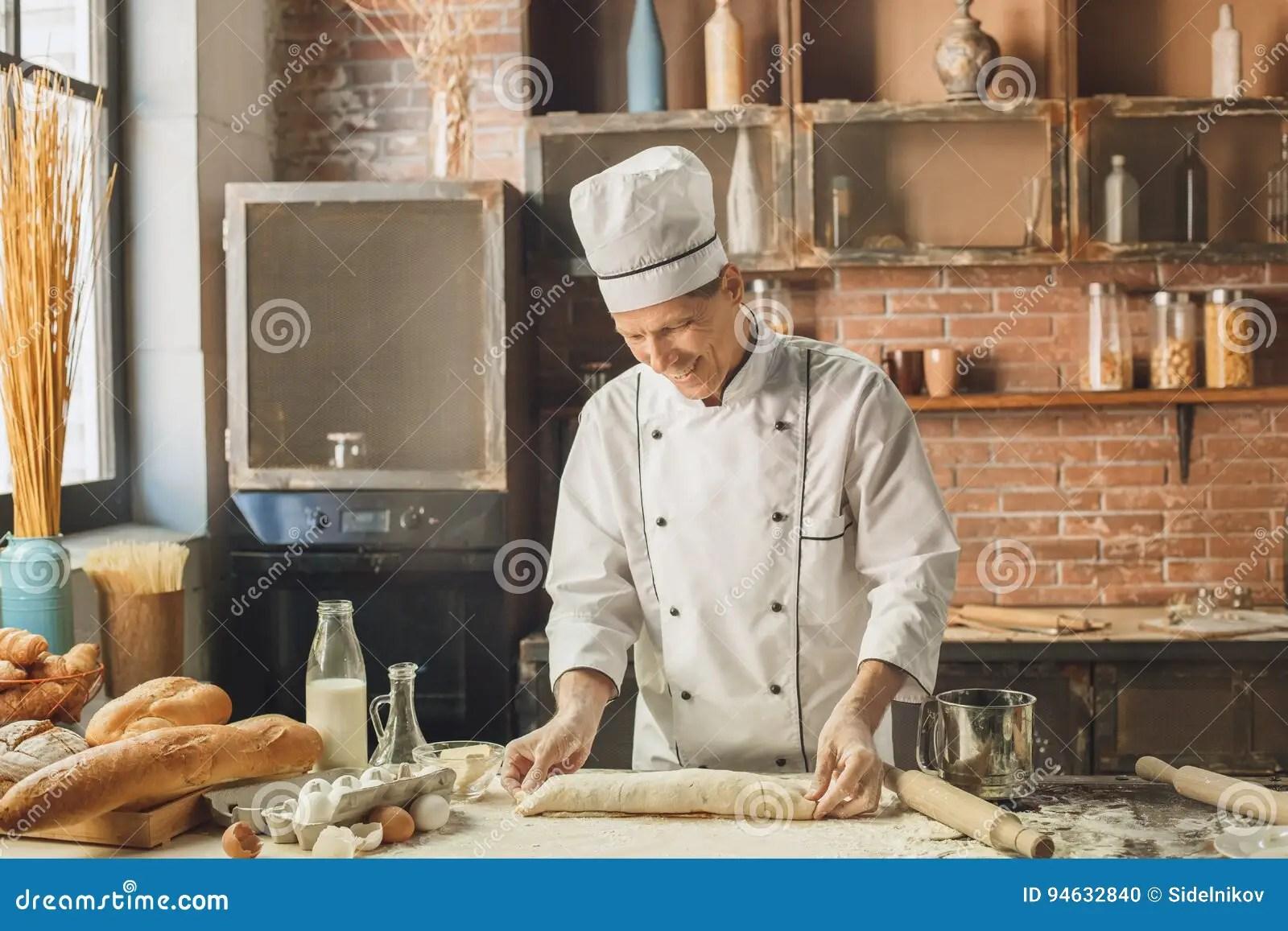 kitchen experts traditional cabinets 面包店厨师烹调在厨房专家烘烤库存照片 图片包括有烹调法 面粉 行业 面包店厨师烹调在厨房专业制造的卷烘烤