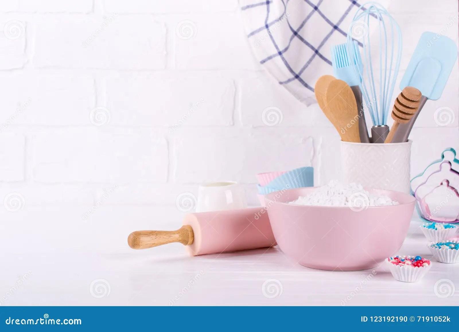 kitchen tools store outdoor covers 面包店器物为烘烤的厨房工具在白色背景库存照片 图片包括有厨具 粉红色 面包店器物为烘烤的厨房工具在白色木背景