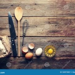Kitchen Aid Parts Suspended Shelves 面包店背景家庭烹饪厨房辅助部件 面粉和鸡蛋在视图之上库存图片 图片 面粉和鸡蛋在视图之上