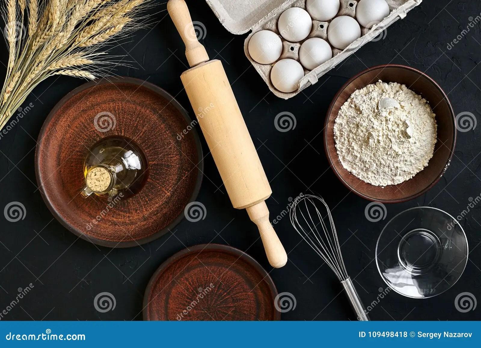 kitchen prep table retro chairs 面团准备做成份 在厨房用桌背景的食物平的位置的食谱面包 薄饼或者饼 薄饼或者饼与黄油一起使用 酵母 面粉 鸡蛋 糖酥皮点心或面包店烹调顶视图仍然1寿命
