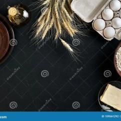 Kitchen Prep Table Folding Step Stool 面团准备做成份 在厨房用桌背景的食物平的位置的食谱面包 薄饼或者饼 薄饼或者饼与黄油一起使用 酵母 面粉 鸡蛋 油酥皮点心或面包店烹调顶视图仍然1寿命复制空间