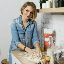 Kitchen Prep Table Booster Seat 食物女孩厨房准备库存照片 图片包括有计数器 鸡蛋 厨师 烘烤 设备 年轻可爱的女孩在厨房里准备曲奇饼她揉在桌上的面团牛奶 苹果和面粉在桌上站立