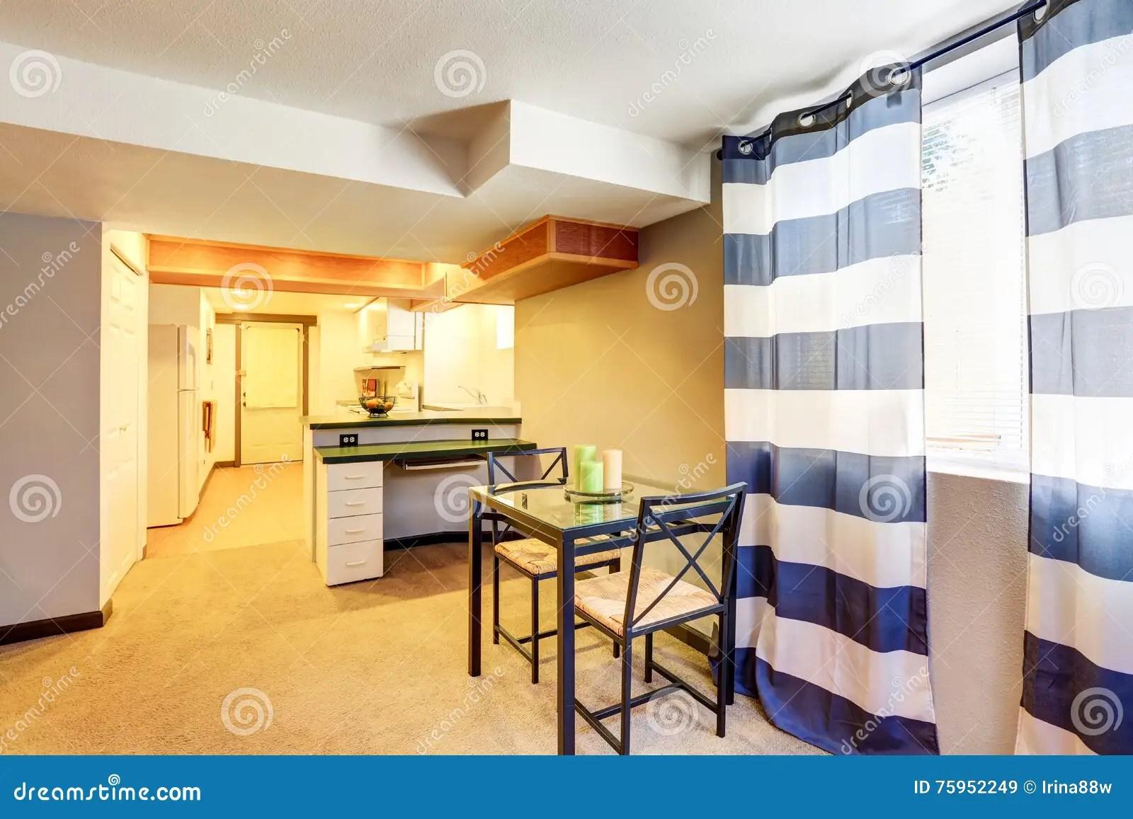 kitchen table nook grills 餐桌集合看法厨房在背景中库存图片 图片包括有角落 庄园 自由 摄影 餐桌看法与两把椅子的厨房在背景中西北 美国