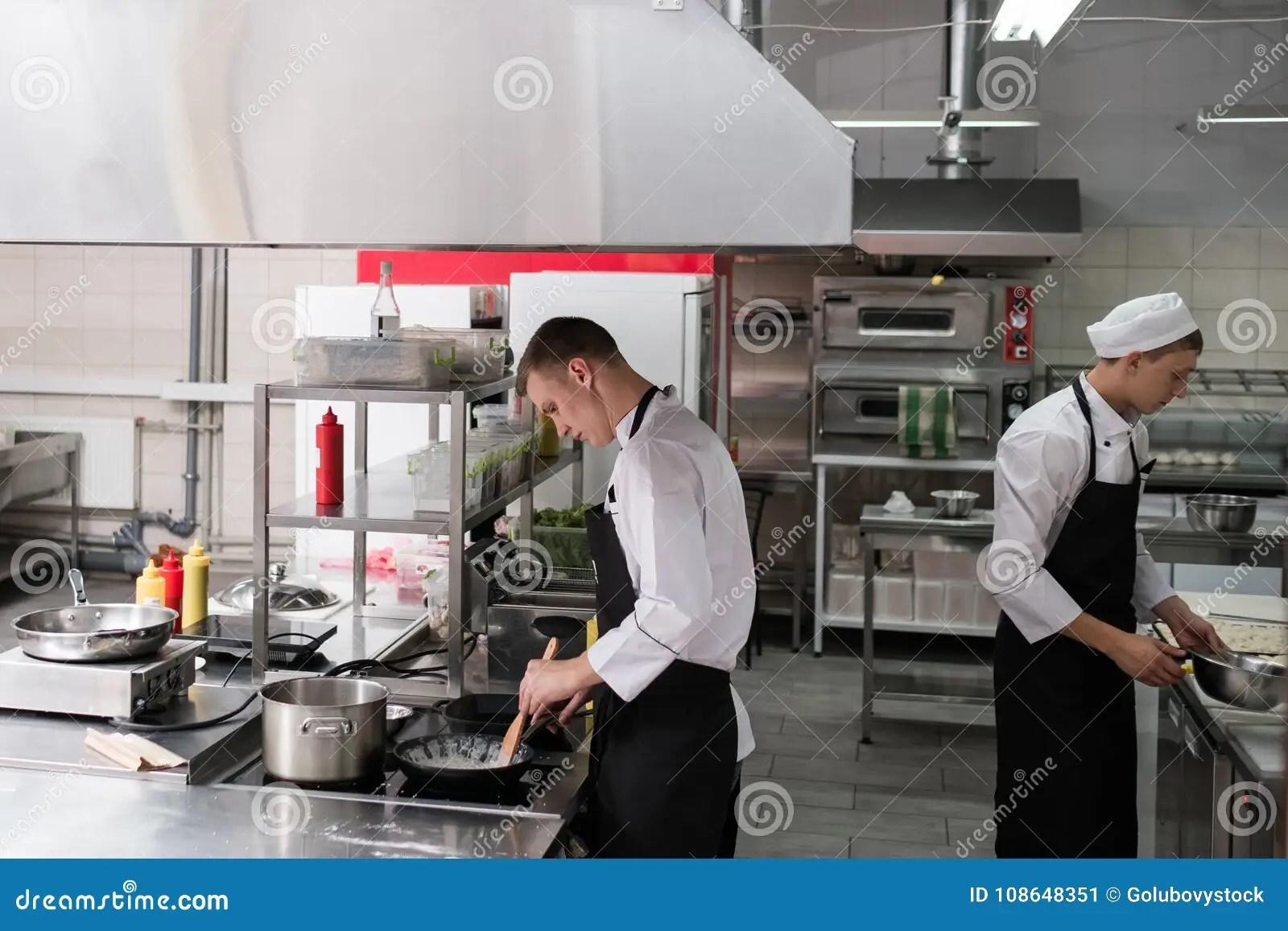 kitchen chief freestanding pantry 餐馆厨师生活方式工作厨房厨师库存图片 图片包括有厨房 烹调 商业 餐馆厨师生活方式工作厨房厨师