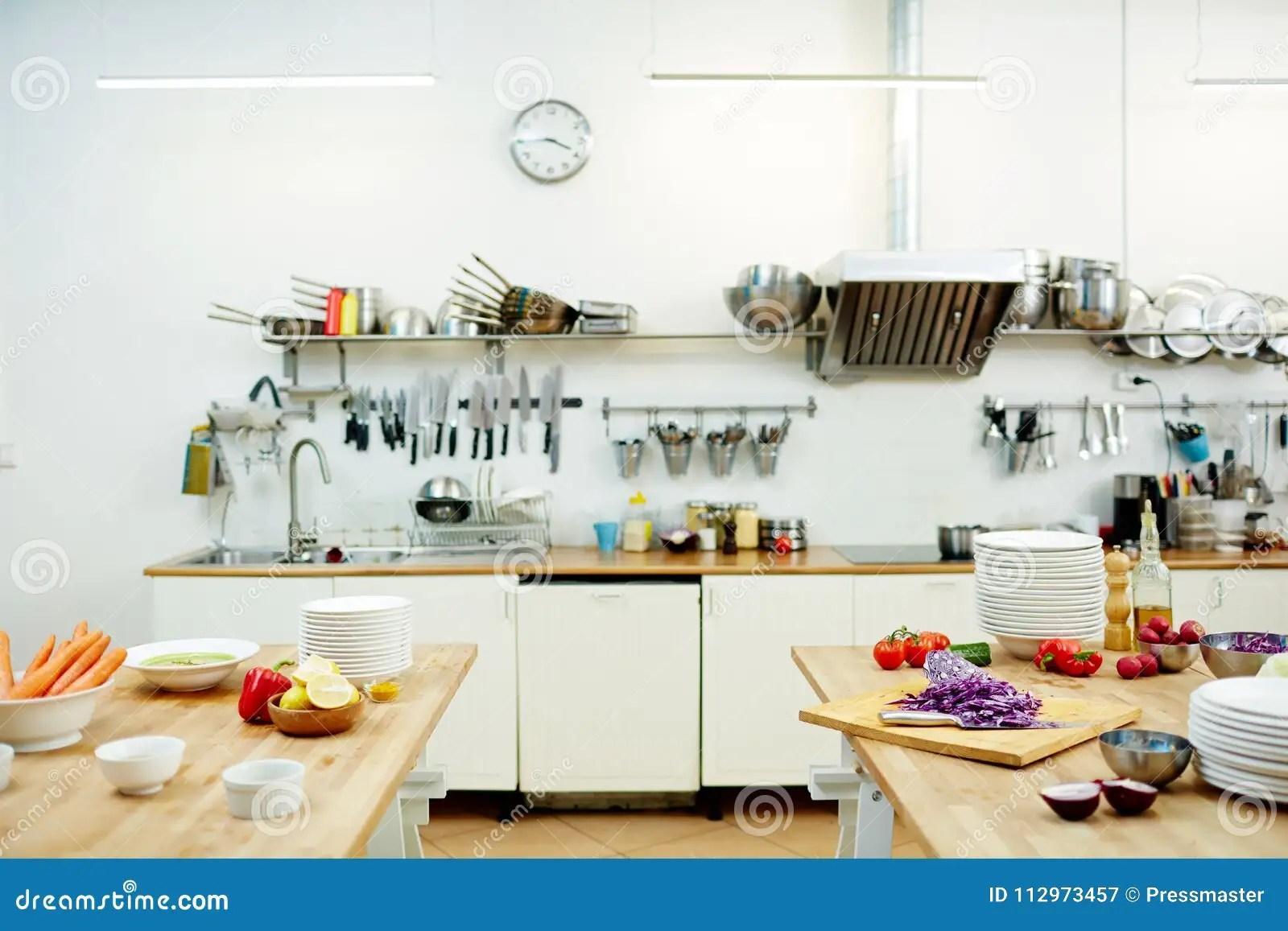 kitchen prep table how to remodel your 餐馆厨房库存图片 图片包括有用品 主厨 厨具 准备 烹调 餐馆 弯脚 现代餐馆厨房以厨具和新鲜蔬菜品种在桌上