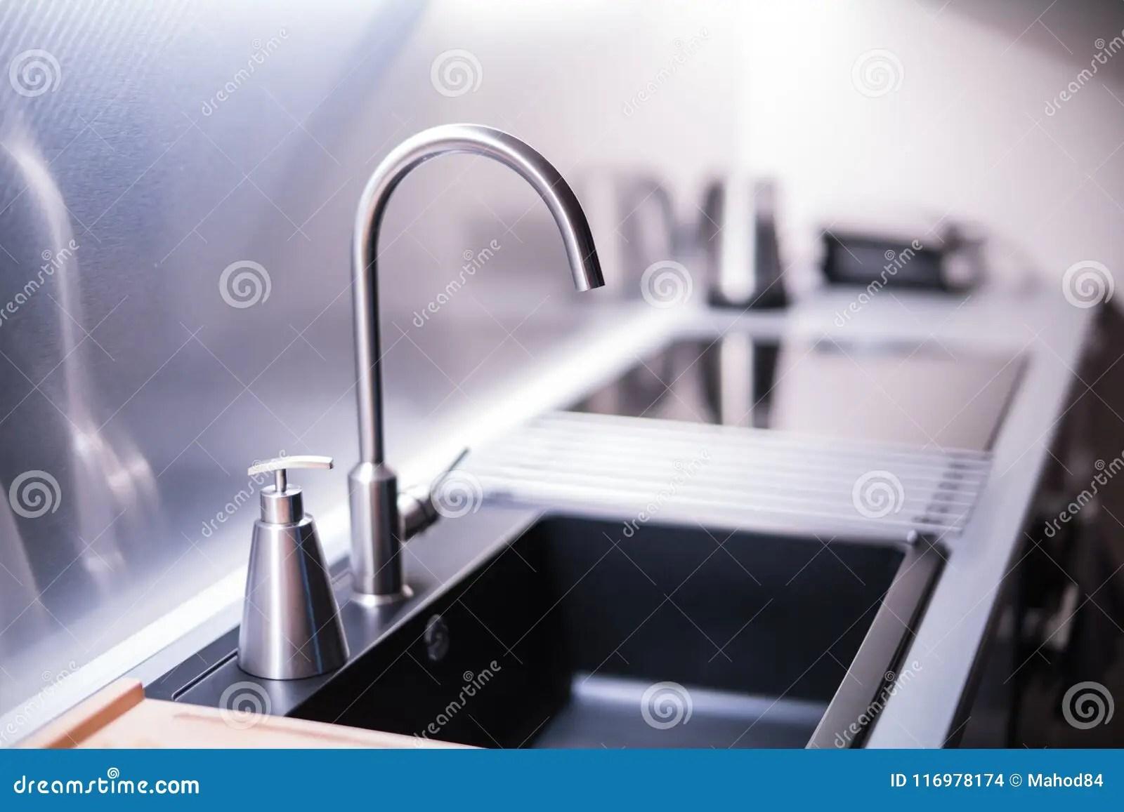 new kitchen sink rustic table sets 黑石水槽和水龙头在新的现代厨房内部库存照片 图片包括有bastien 厨房 黑石水槽和水龙头在新的现代厨房内部