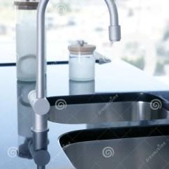 Black Sink Kitchen Century Cabinets 黑色弯曲了厨房银色水槽stailess火炉库存图片 图片包括有弯曲 长凳 黑色弯曲了厨房银色水槽stailess火炉