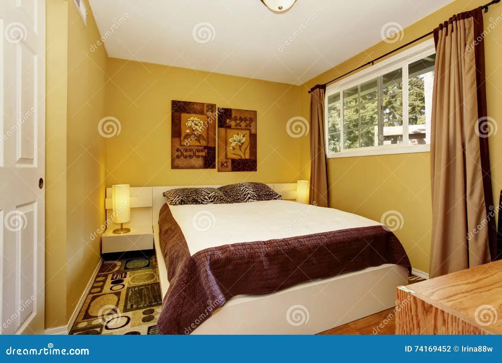 Amerikaanse Gele Slaapkamer Met Wit En Bruin Beddegoed En