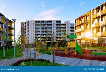 Apartamento Casa Residencial Arquitectura Fachada Con Niños Patio De Juegos Reflex Luz Solar Imagen de archivo Imagen de apartamento fachada: 167507433