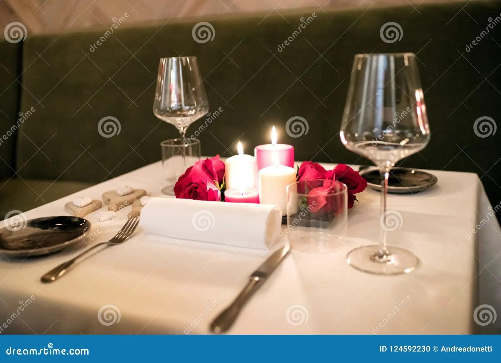 https fr dreamstime com arrangement romantique intime table deux image124592230