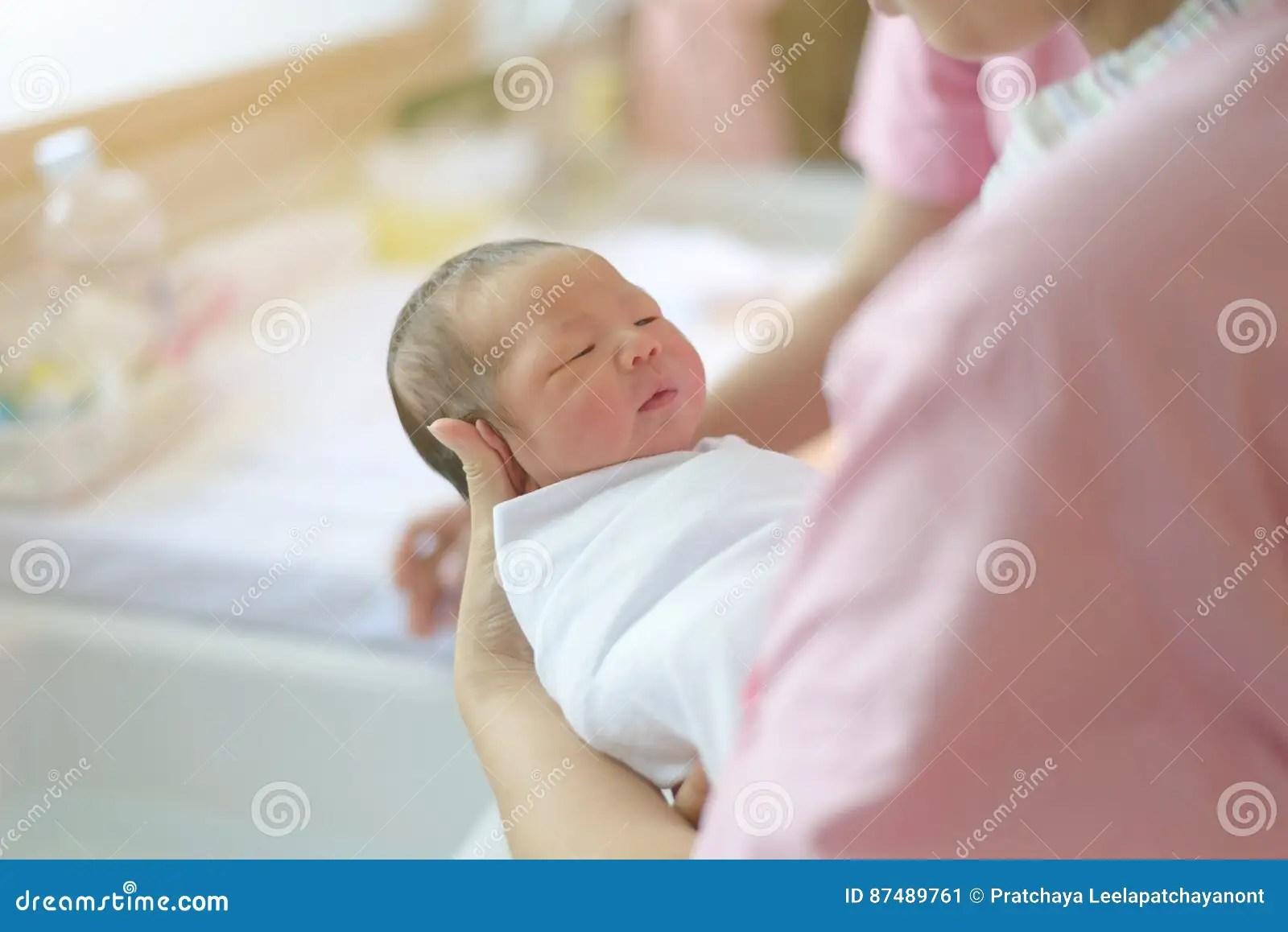Bano Recien Nacido Excellent Un Beb Recin Nacido Nia
