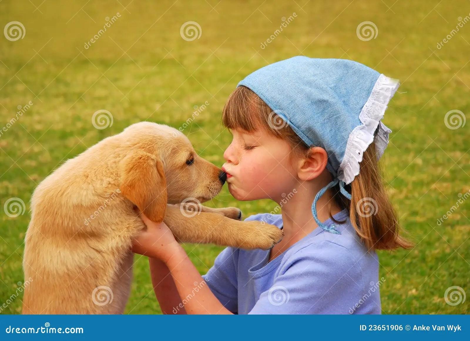 Girl Kisses Boy Wallpaper Bambina Che Bacia Il Suo Cucciolo Fotografia Stock