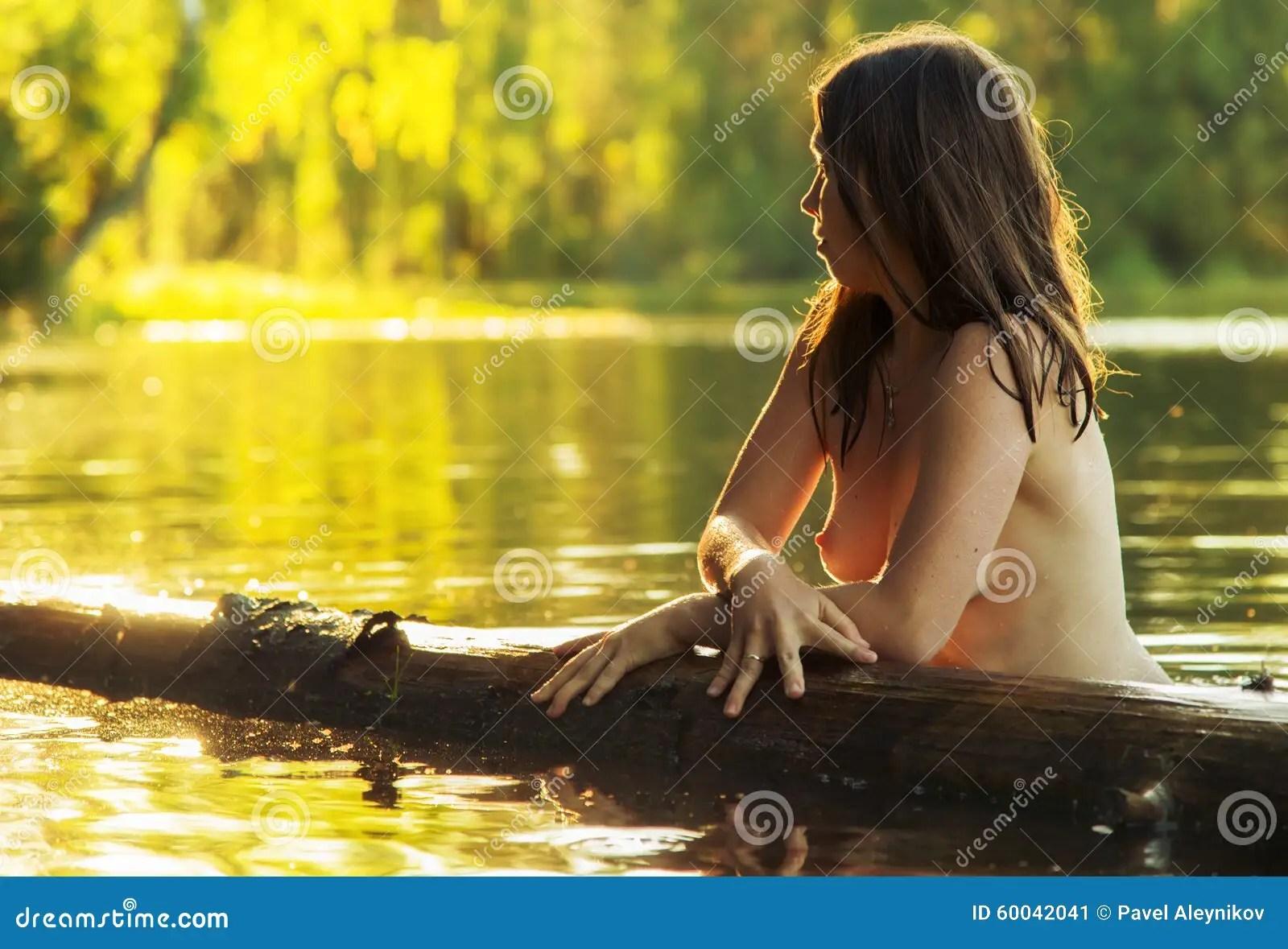 Bella donna nuda in lago immagine stock Immagine di