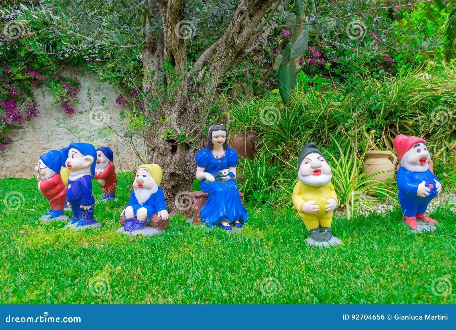 Nani Da Giardino In Plastica.Nani Da Giardino Disney Us 45 59 24 Di Sconto Disney Cartoon
