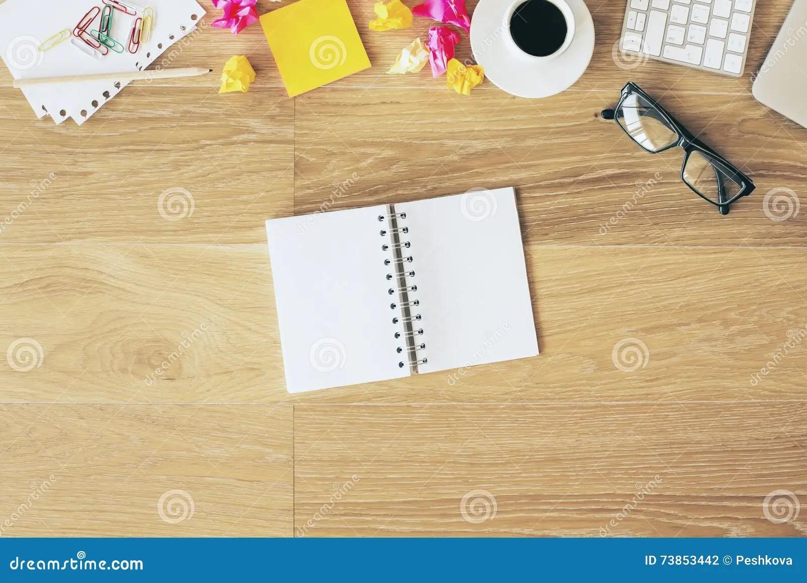 bloc notes sur le bureau de bureau
