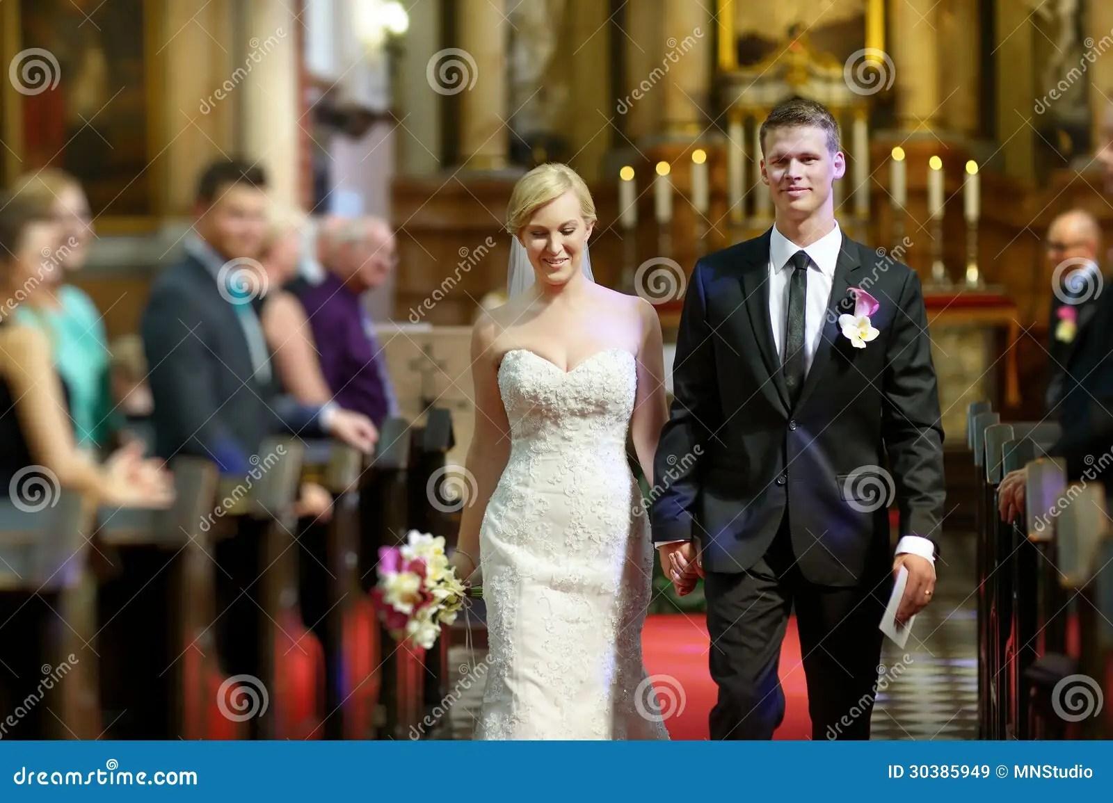 Braut Und Brutigam Welche Die Kirche Verlassen Stockbild  Bild von frau katholisch 30385949