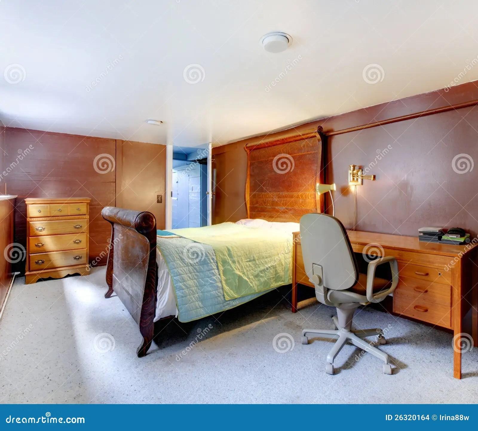 Bruine Slaapkamer Met Grijs Tapijt En Groot Bed Stock