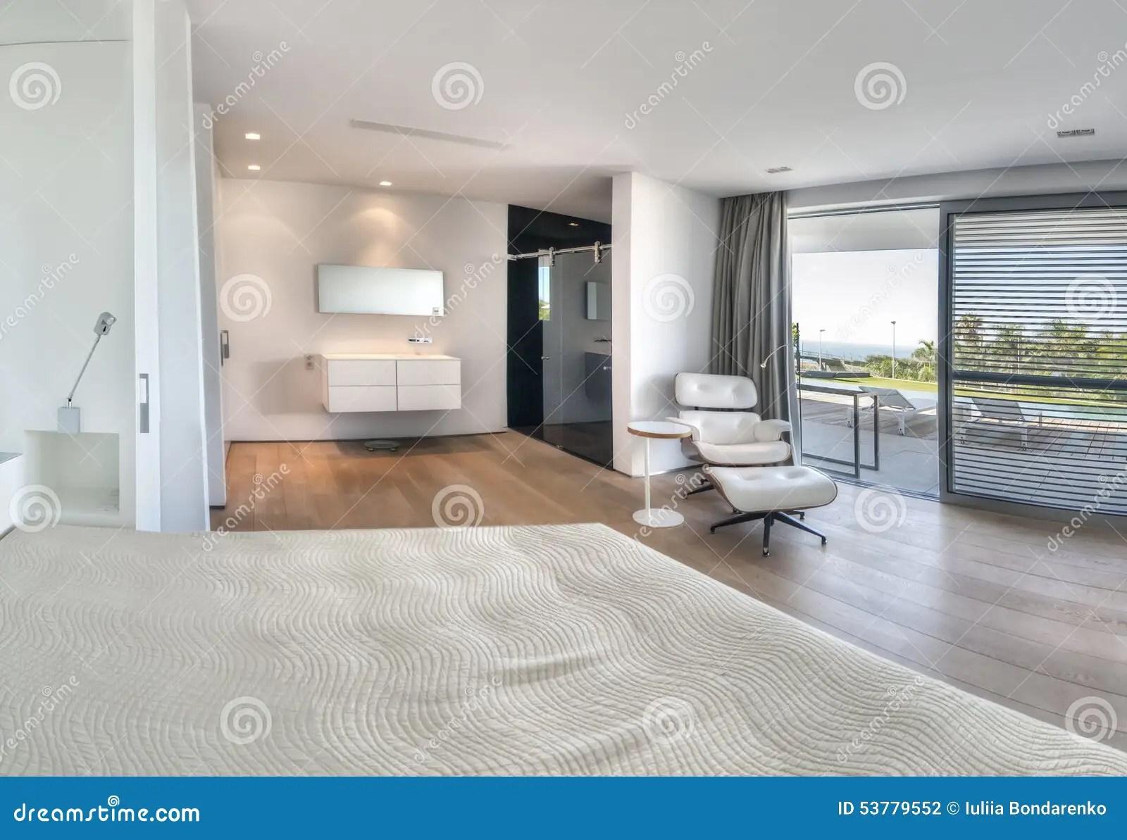 Camera Da Letto Bianca Moderna Con Il Bagno Fotografia Stock  Immagine di stanza hotel 53779552