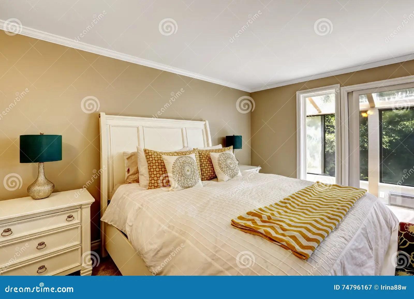 Camera da letto completa 5 pezzi. Camera Da Letto Elegante In Stile Americano Con Letto Matrimoniale Bianco Immagine Stock Immagine Di Libero Copertina 74796167