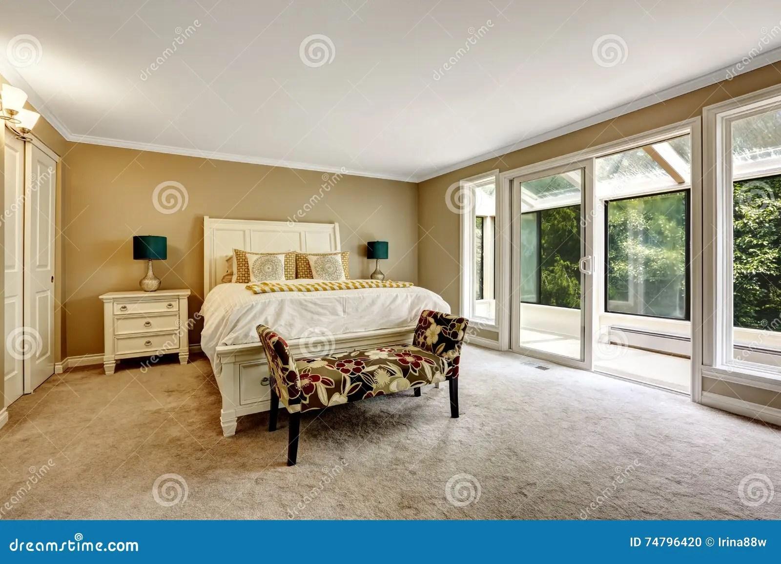 Scegliere un design per un appartamento (soggiorno, camera da letto, cucina). Camera Da Letto Principale In Stile Americano Con Letto Matrimoniale Bianco Fotografia Stock Immagine Di Americano Moderno 74796420