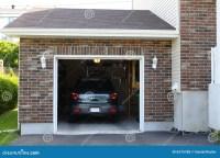 Carro na garagem foto de stock. Imagem de cottage ...
