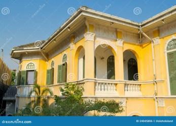 Casa Amarilla Antigua Opinión De La Segunda Planta Del Exterior Foto de archivo Imagen de opinión exterior: 24045806