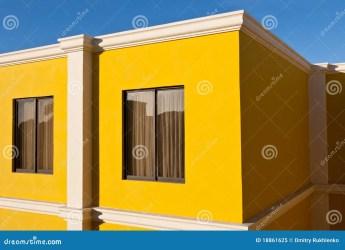 Casa amarilla y cielo azul imagen de archivo Imagen de ventana 18861625