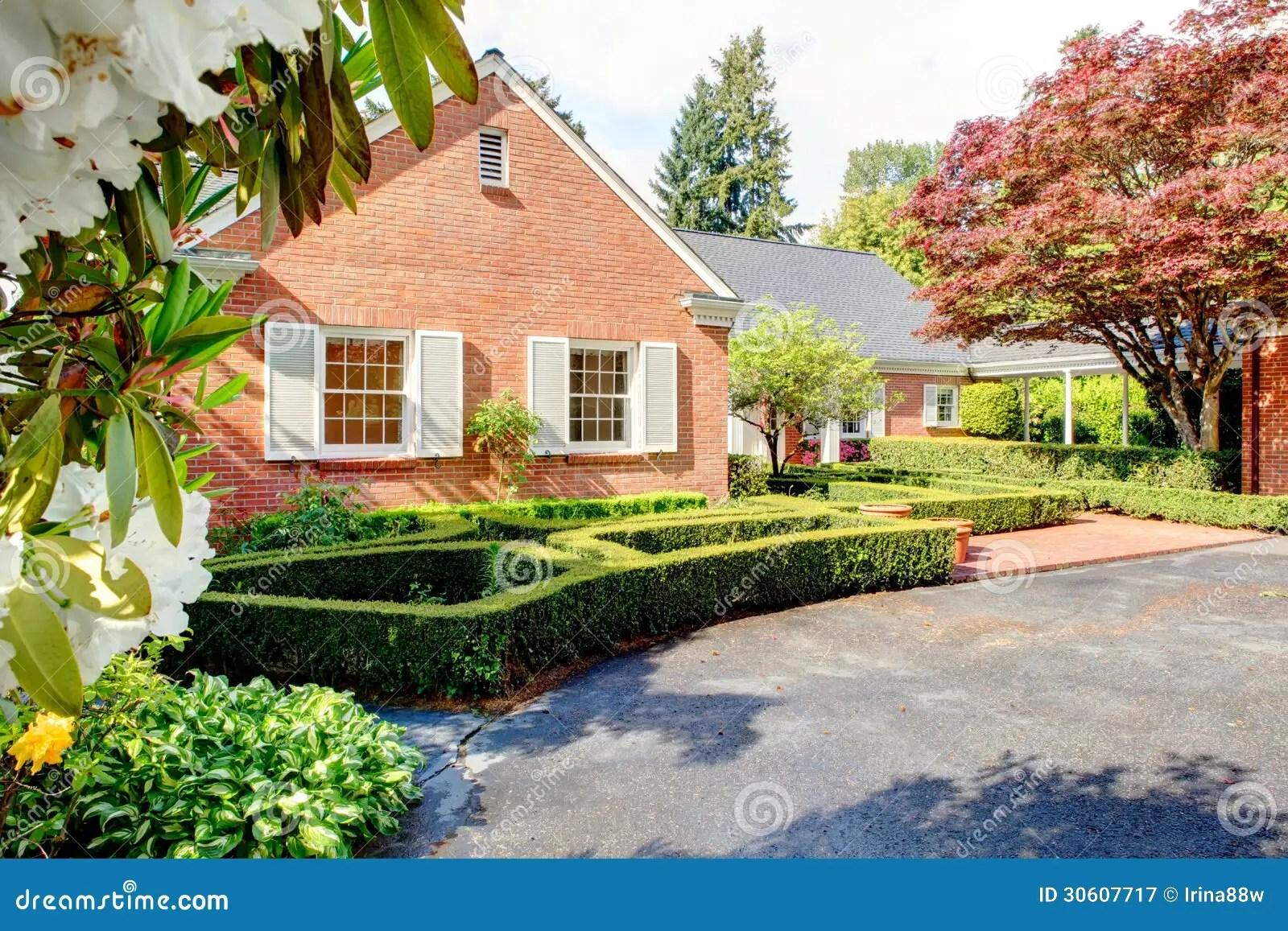 Casa Rossa Mattone Con Il Giardino Inglese E Gli