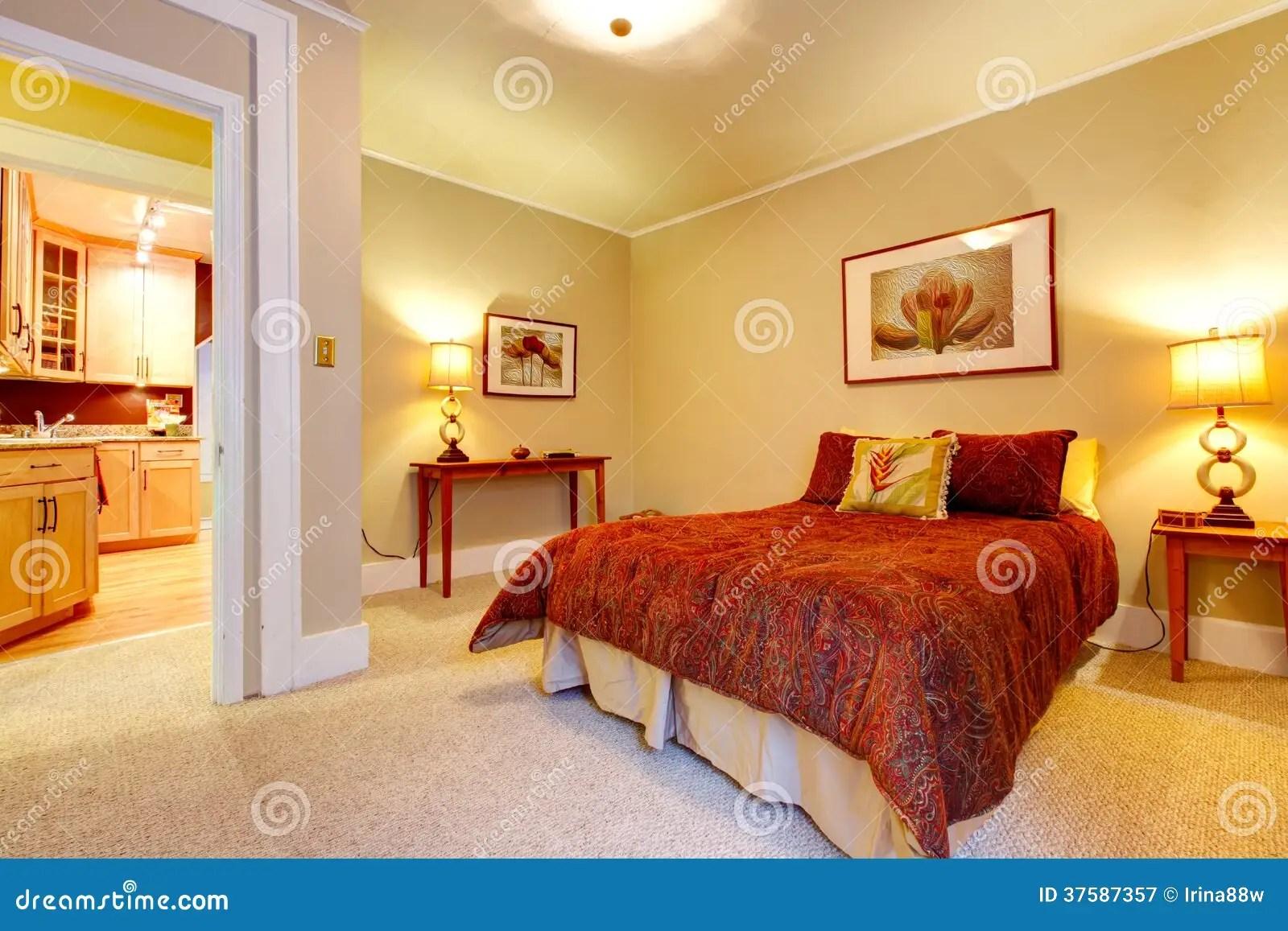 Chambre  Coucher Avec Du Charme Avec La Belle Literie Rouge Photographie stock libre de droits
