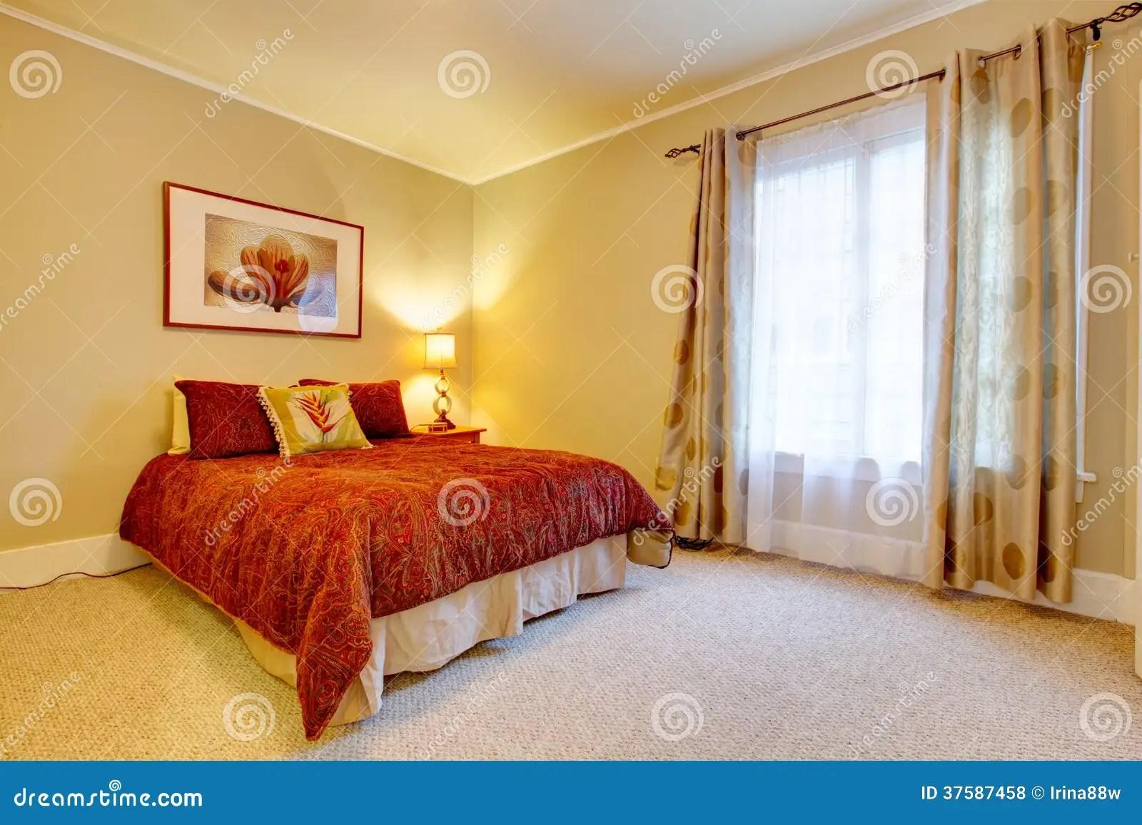 Chambre  Coucher Avec Du Charme Avec La Belle Literie Rouge Photo stock  Image 37587458