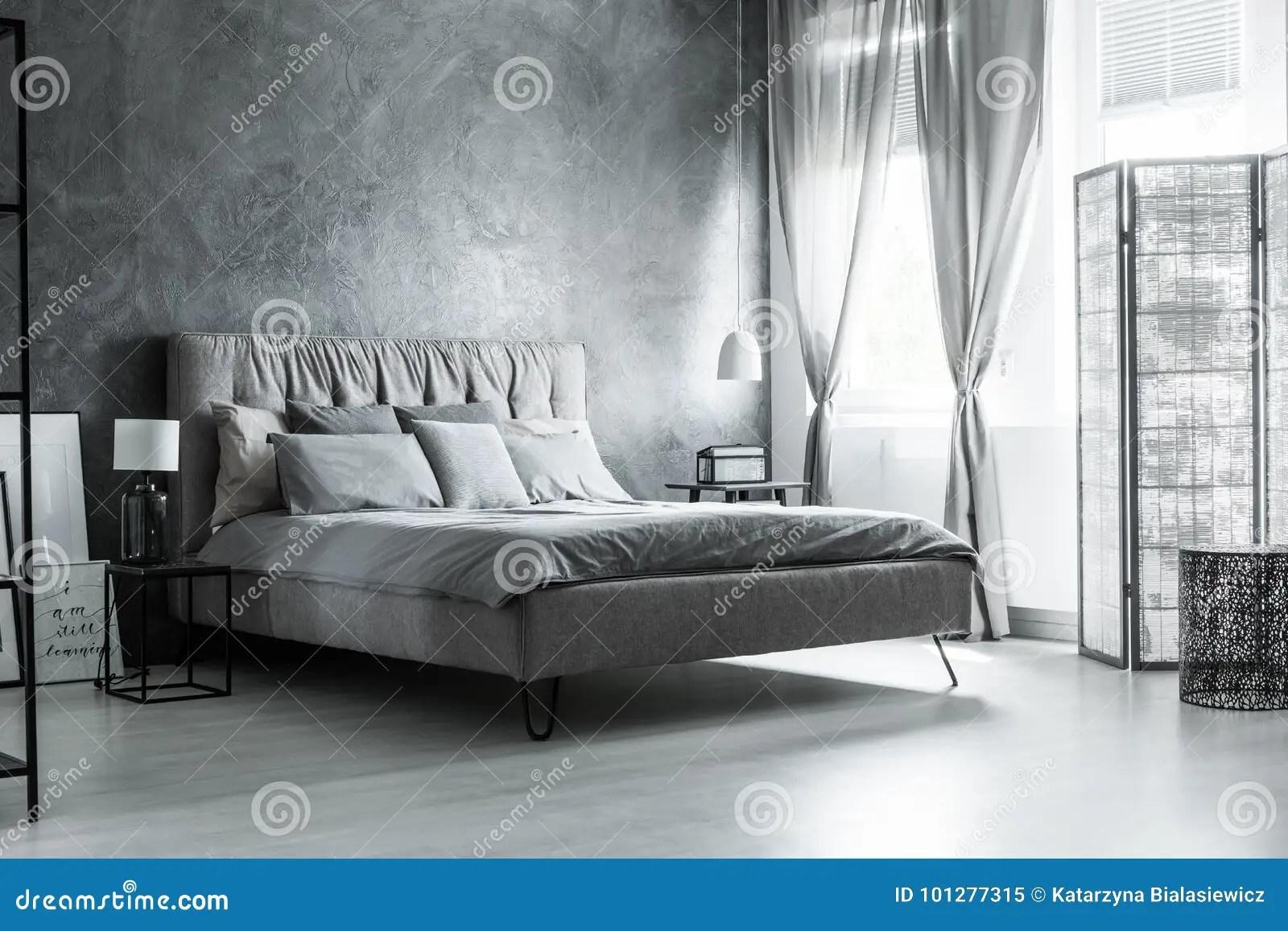 chambre a coucher foncee avec les
