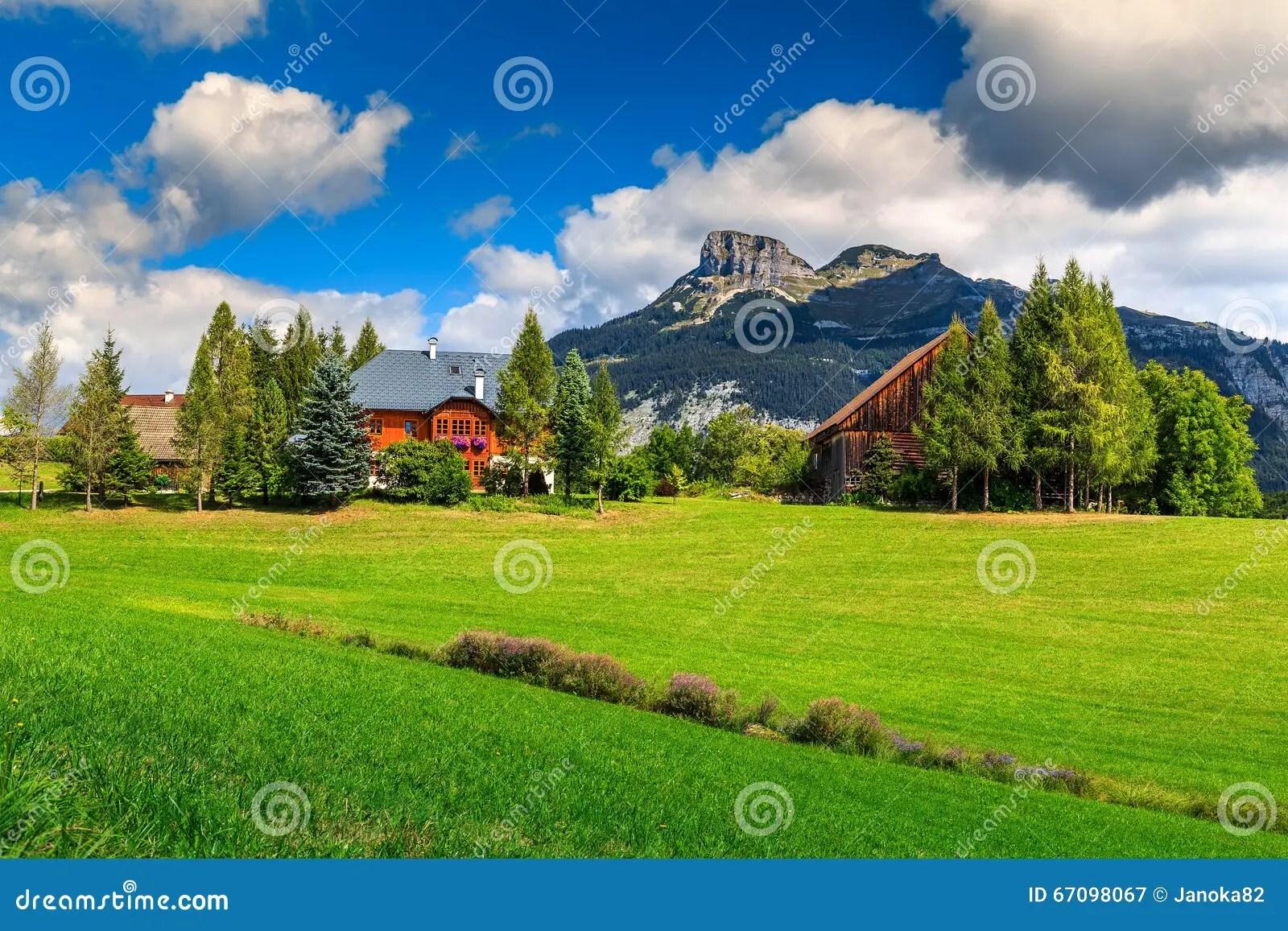 champ vert renversant et ferme alpine avec des montagnes altaussee autriche
