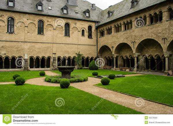 Cloistered Courtyard Stock - 32579320