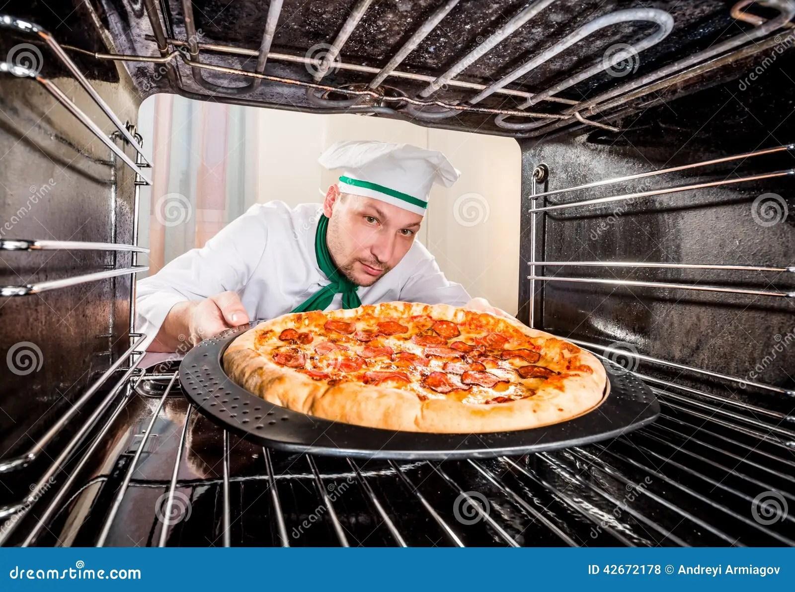 Cocinero Que Cocina La Pizza En El Horno Foto de archivo  Imagen de adentro cocinero 42672178