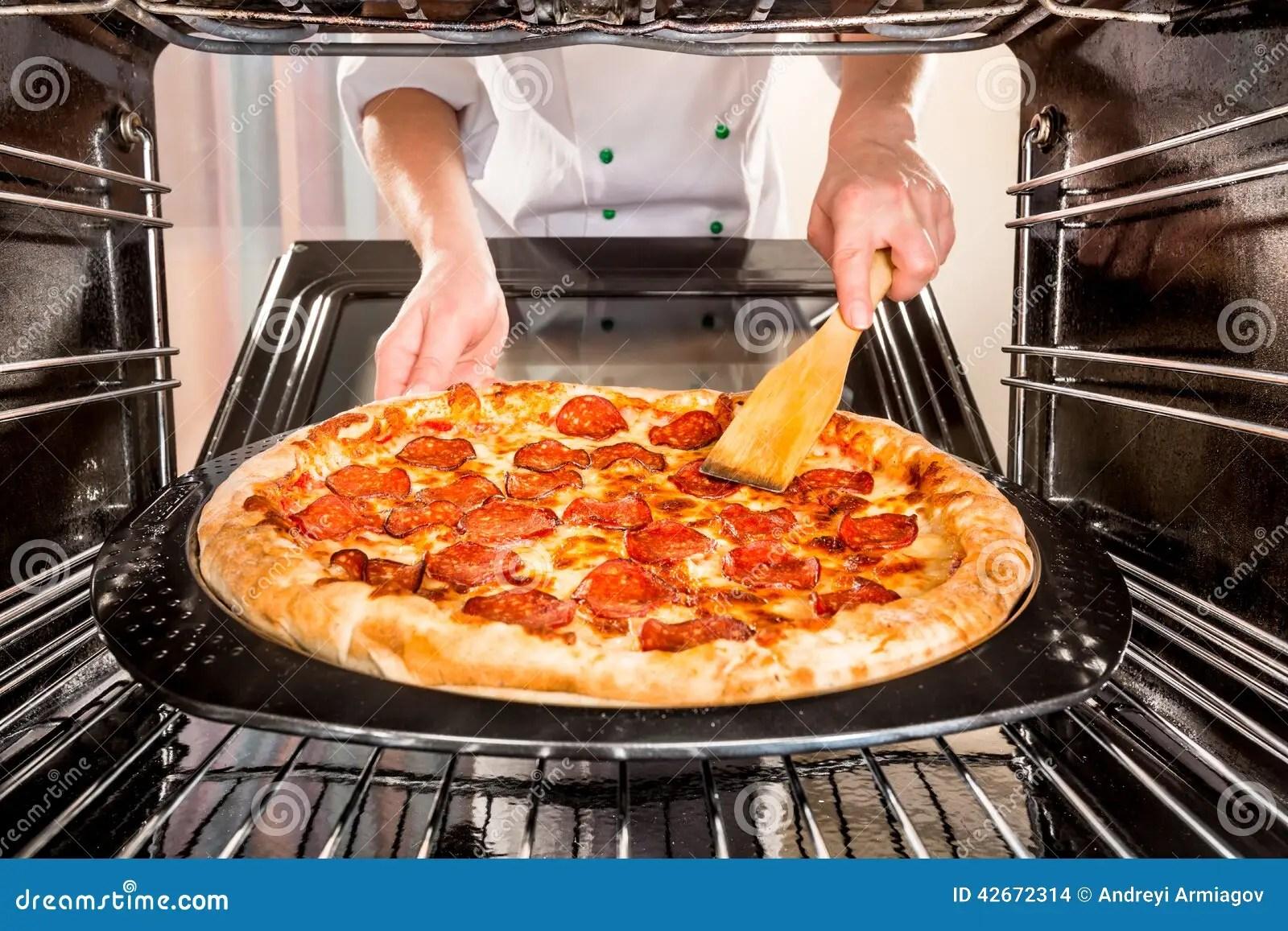 Cocinero Que Cocina La Pizza En El Horno Foto de archivo  Imagen de chatarra adentro 42672314
