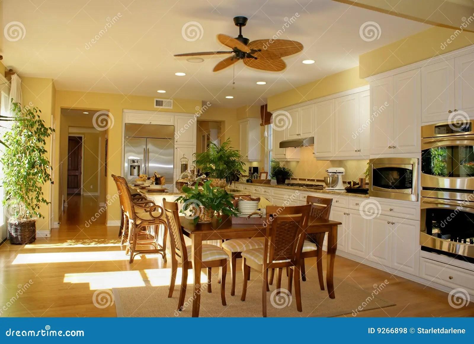 Colore Giallo Pieno Di Sole Della Cucina Fotografia Stock  Immagine di disegno dell 9266898