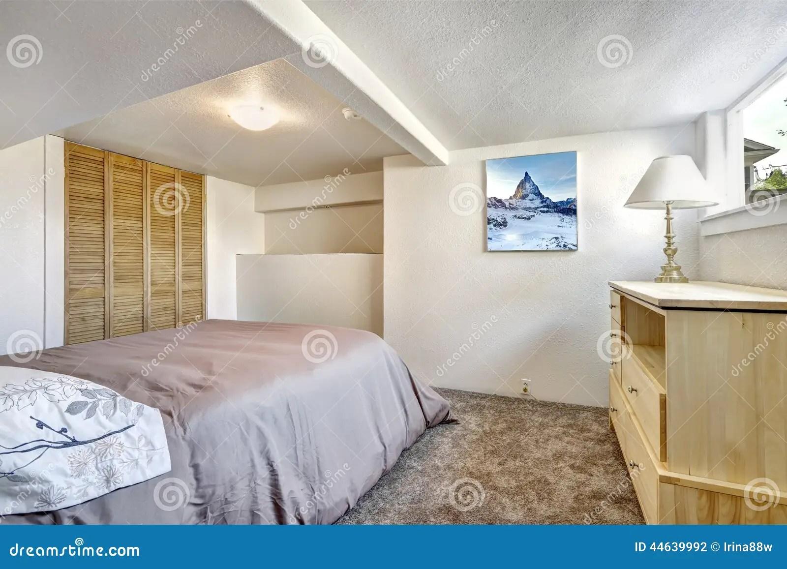 Comfortabele Slaapkamer Met Laag Plafond Voorraadbeelden