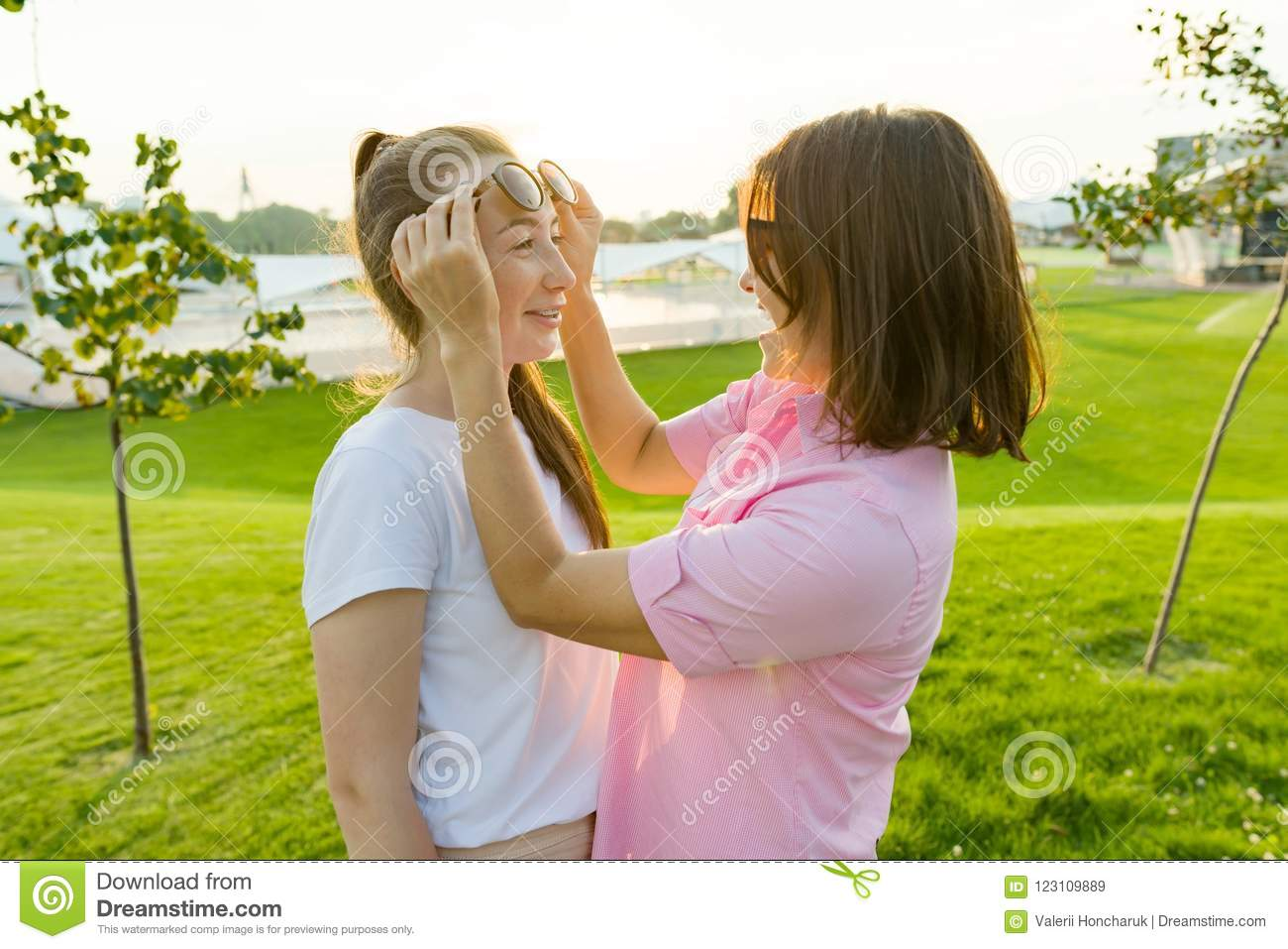Communication Of The Parent And Adolescent Mother Has Fun