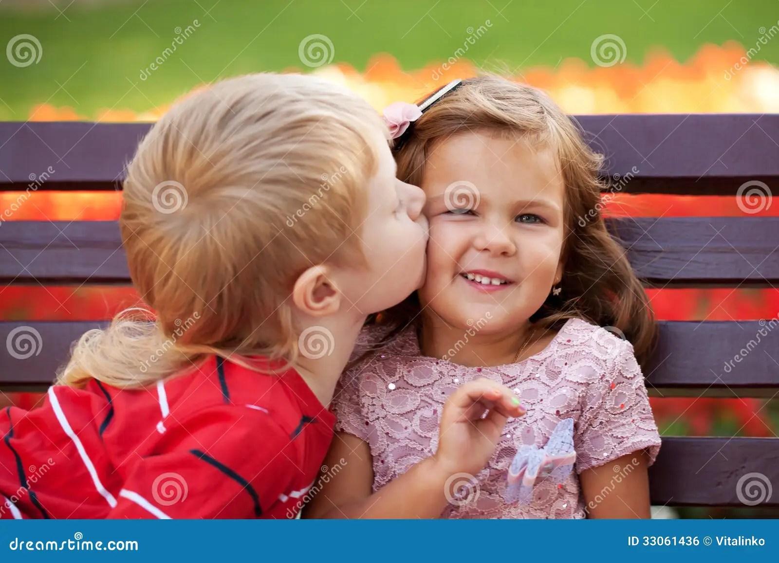 Girl Propose To Boy Wallpaper With Quotes Concetto Di Amore Coppie Dei Bambini Che Si Amano
