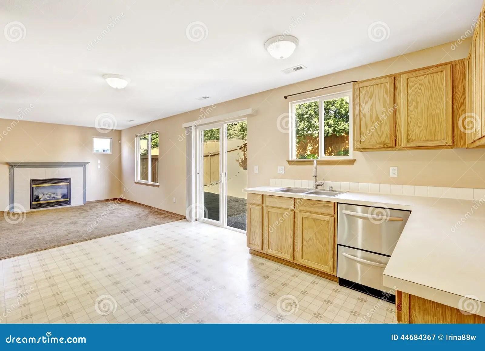 backyard kitchen designs modern handles contryside房子内部有出口的厨房室对后院ar 库存图片 图片包括有厨房