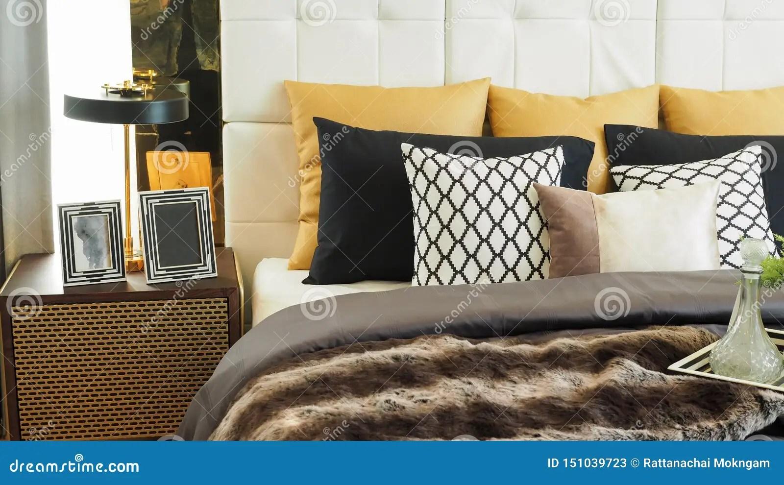 https fr dreamstime com couleurs d oreillers coussins blancs beige marron noir lit table chevet cadres chambre moderne en blanc image151039723