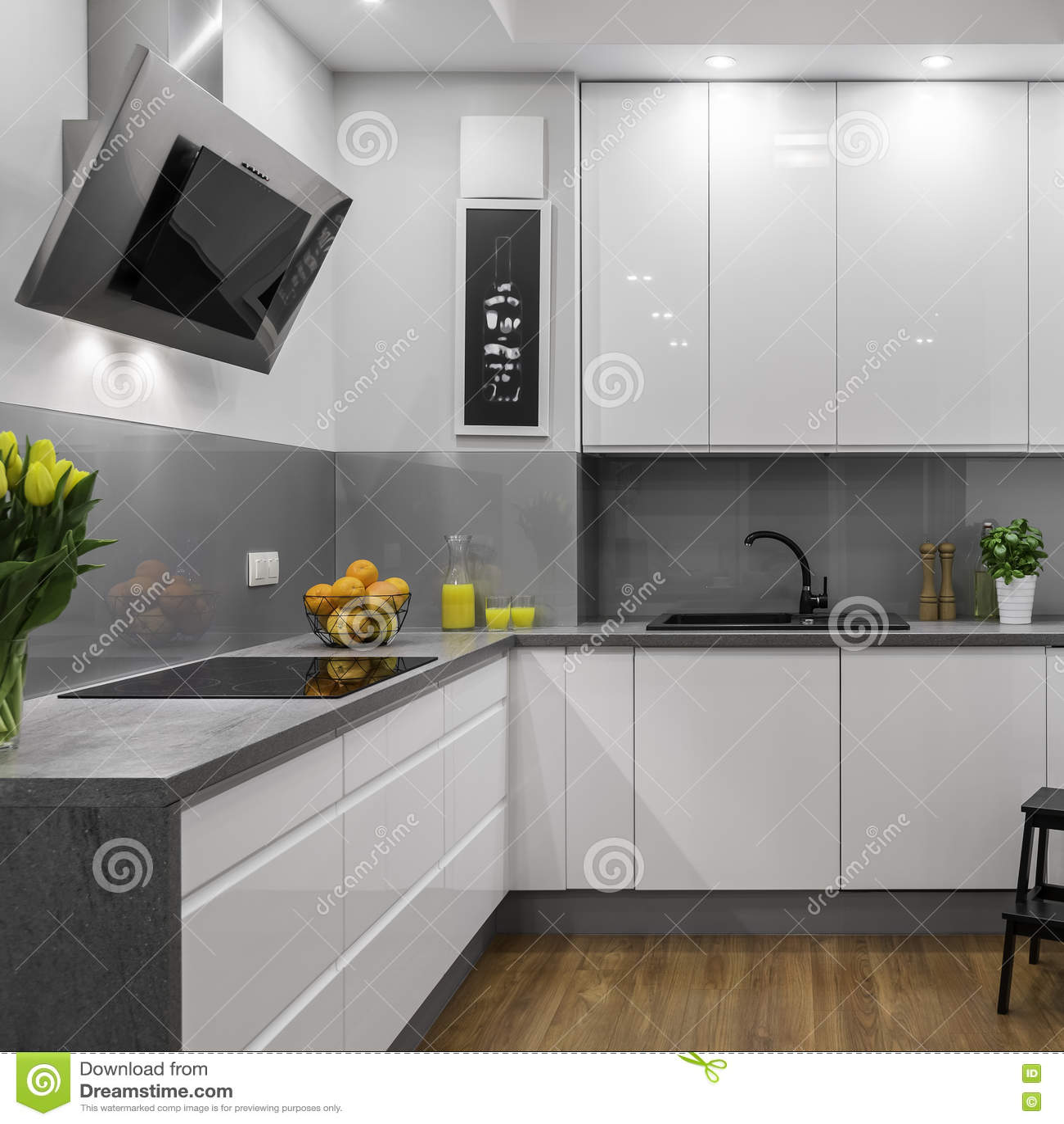 Cucina bianca e grigia fotografia stock Immagine di contemporaneo  73245198